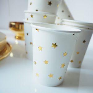 Kubeczki papierowe w złote gwiazdki