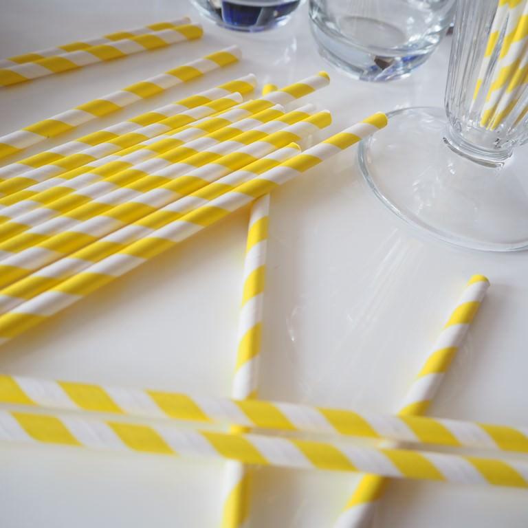 Słomki papierowe w zółte paski